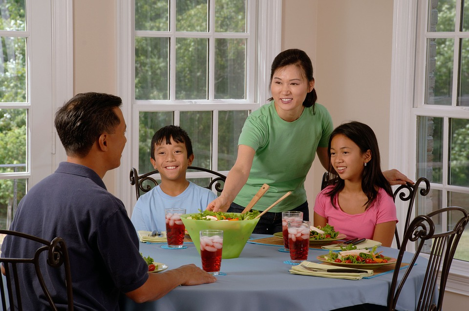 Family Eating At The Table 619142 960 720
