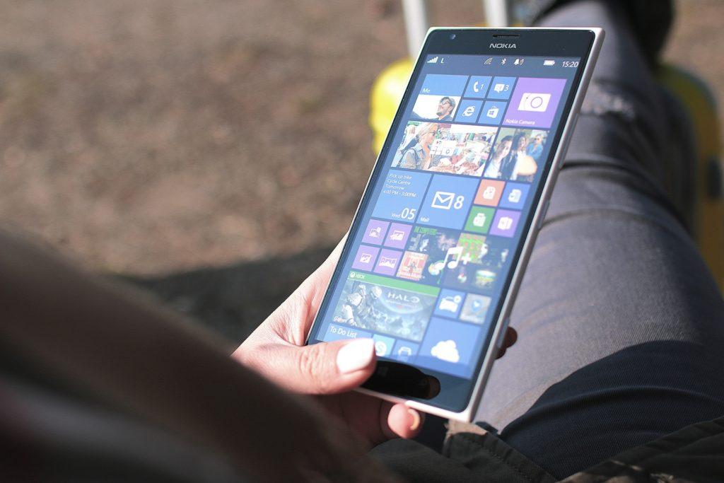 Jeune Femme Et Smartphone 1024x683