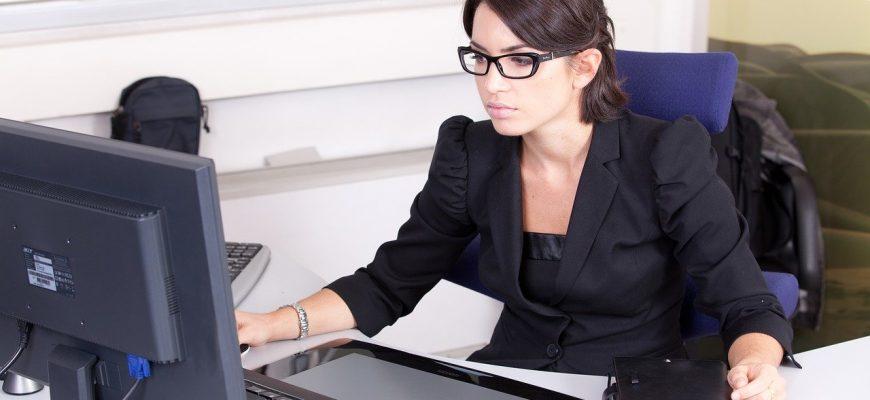 secretary 2199013 1280 870x400 - Топ лучшие очки для компьютера на 2021 год